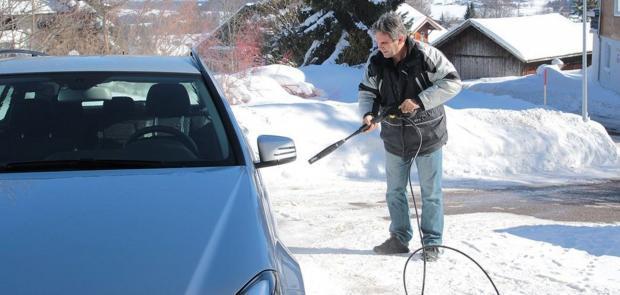 """Мити чи не мити авто в мороз: Фахівці дали корисні поради водіям і розставили крапки над """"і"""""""