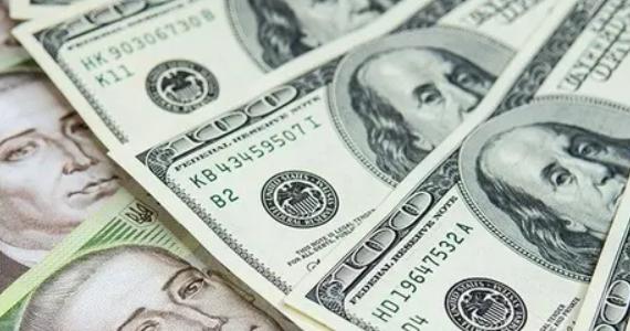 Курс долара може опуститися до рекордної у 2021-му позначки: Експерти розповіли, скільки заплатимо за валюту