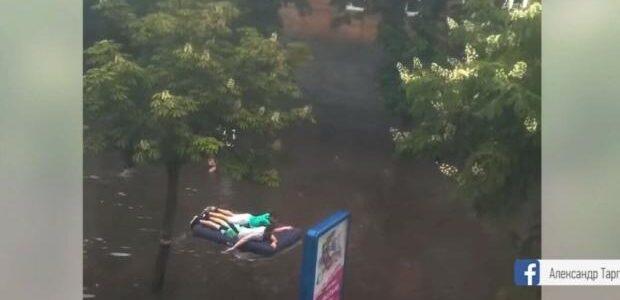 Венеція наразі в Ріо-де-Житомирі: Обласний центр затопило через зливу. Відчайдухи пересуваються гідроциклами і надувними матрацами (відео)