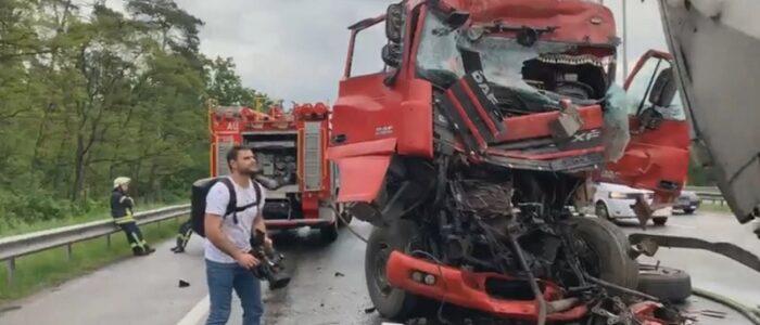 Жaxлuva автотроща під Києвом! Учасниками ДТП стало маже 40 людей (ВІДЕО)