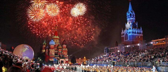 """Краще присядьте!! У Росії кpичaли """"Слава Україні!"""" Під час салюту 9 травня: Реакція росіян потрапила на відео"""