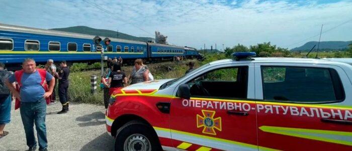 """На Закарпатті потяг з 200 пасажирами зніс вантажівку """"Вольво"""" на переїзді – багато поранених"""